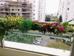 אדניות מתכת מעוצבות למעקה במרפסת